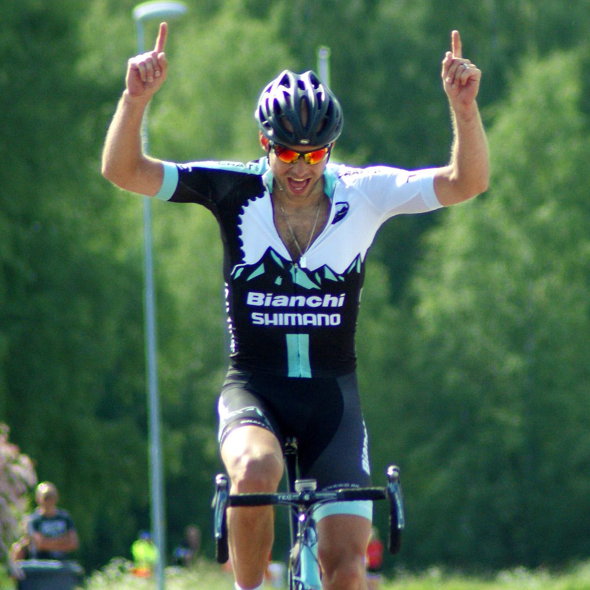 Alex Gingsjö sträcker händerna i luften för att fira sin seger och sitt SM-guld -