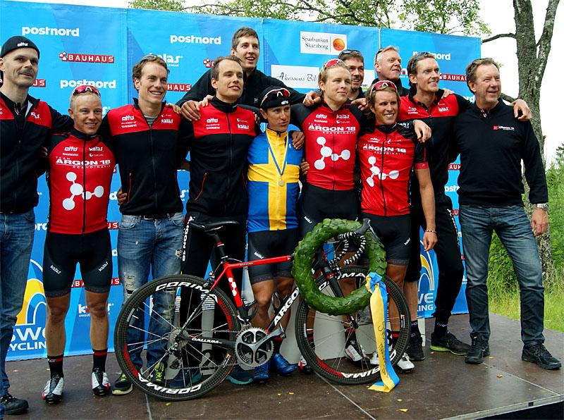 Mats Höllgren (t.h.) tillsammans med hela gänget i Team Argon18 Scandinavia efter segern på Svenska Mästerskapen 2014 -