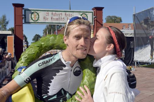 Alexander Wetterhall tillsammans med kranskulla Viktoria Stärner. Foto:  - Vasaloppet.se