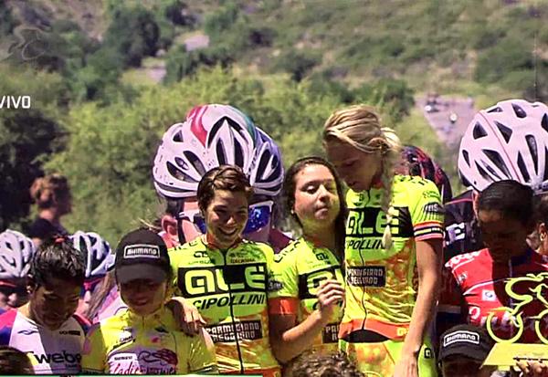 Emilia Fahlin (i gult t.h) tar emot pris tillsammans med lagkamraterna för bästa team -