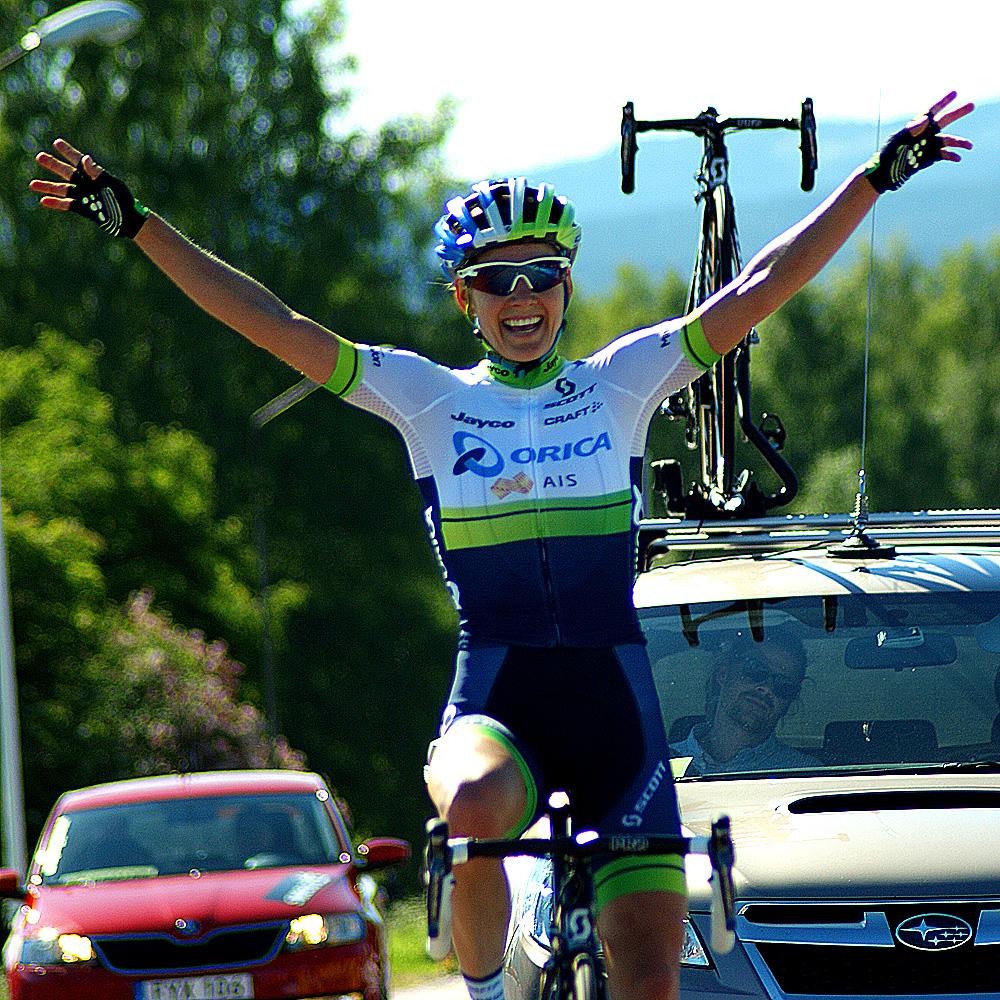 Emma Johansson firar femte guldmedaljen på linje. Foto: Dennis Nystrand, Cyclesport.se -