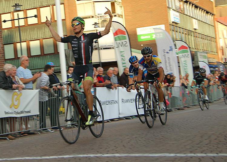 Matti Manninen (Team Bliz-Merida) på väg över mållinjen som segrare i första Nässjö Stad GP - Foto: Dennis Nystrand